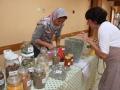 Najat présente des épices, savons, thés...